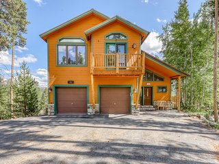 Mountain home w/ hot tub, deck, great views & foosball - walk to lifts/ski runs!