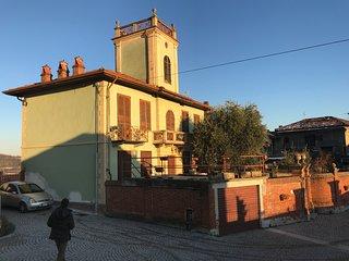 Jugendstilvilla mit Turm, Garten und traumhaften Ausblick auf das Monferrat