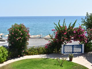 Apartment for 2, 30m from beach, sea-garden view, free public parking nearby