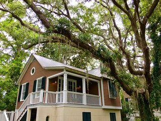 Elegant St. Simons Island Honeymoon Beach Cottage Near Pier Village