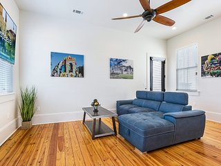 Dashing 3BR on Carondelet by Hosteeva