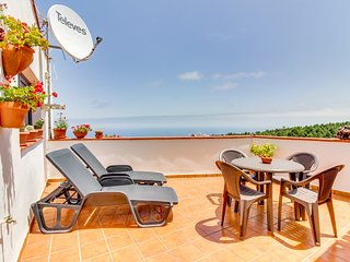 Adorable villa w/ panoramic views, furnished balcony - close to beach & town