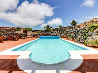 Mountainside, dog-friendly apartment w/ shared pool & volcanic views!