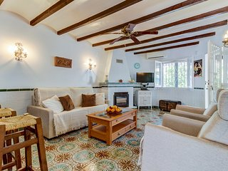 Cozy townhome just moments from restaurants & Almadrava Beach!
