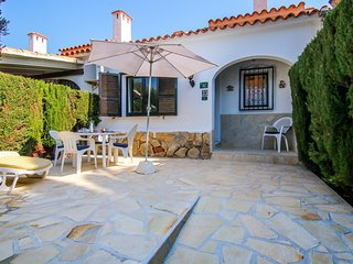 Welcoming bungalow with sunny garden & shared pool, near the beach