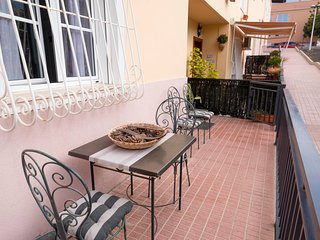 Ground-floor apartment w/ fantastic location near the beach, shopping, & dining!