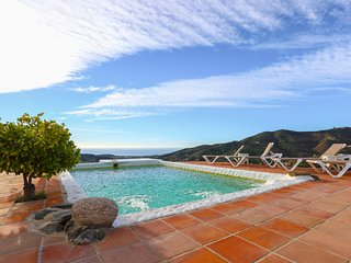 Countryside villa w/ spectacular 360-degree views & private pool/terrace!