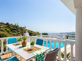 Fantastic villa w/ private pool, terrace & sea views - close to the city!