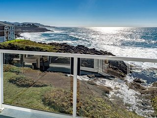 OCTOBER SPECIAL** Oceanfront Top Flr Exec Retreat Condo w/ Fireplace & Whales!!