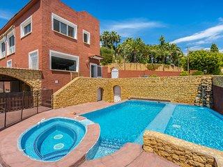 Beautiful dog-friendly villa w/ private pool, patio area & trampoline