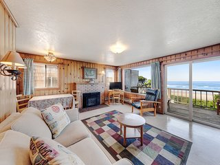 Oceanfront, dog-friendly retreat w/ocean views & relaxing deck facing the water!