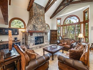 Boulder Ridge Retreat: Luxurious Home, Fantastic Location!