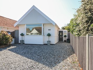 LITTLE HAVEN, single-storey, pet-friendly, enclosed garden, close to beach