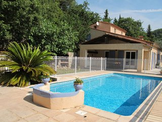 4 bedroom Villa with Pool, WiFi and Walk to Shops - 5715081