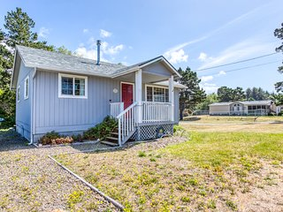 Charming beach cabin w/ a full kitchen & gas fireplace