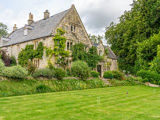 A luxury Cotswolds home. Swimming pool, tennis court & dog friendly