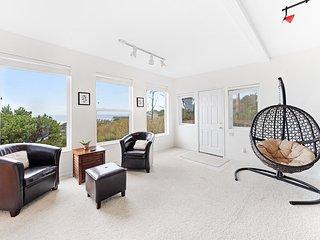 Bright, modern house w/ fireplace, entertainment & full kitchen - walk to beach!