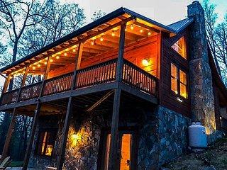 Bearadise - Upscale Log Cabin with 3 Kings, Pool Table, WiFi, Woodburning FP!