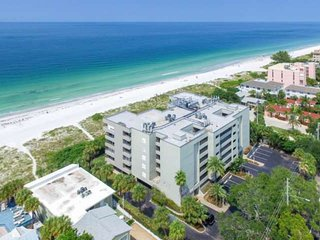 Great Beachfront Location, Walk to Restaurants! Pool, Hot Tub, Free Wi-Fi & Cabl