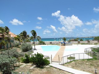 BLUE DREAMS... charming beachfront home by Kontiki on Orient Beach!