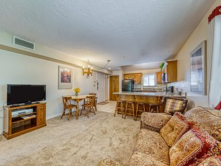 Comfortable condo w/deck & shared pool/hot tub/tennis/mini-golf