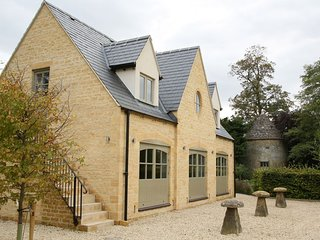 NEW to TA  The Coach House, Bourton-on-the-Water, central location, free parking