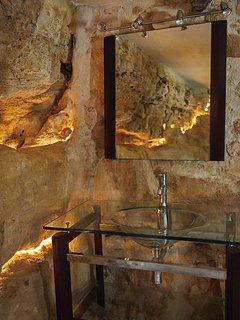 Salle de bain de la Troglodyte, éclairage dans la roche