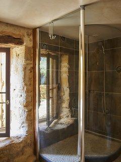 Salle de bain de la Troglodyte, douche spacieuse