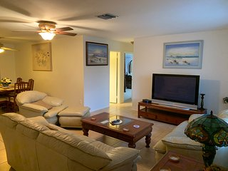 Great home in great location near Warm Mineral Springs an local beaches