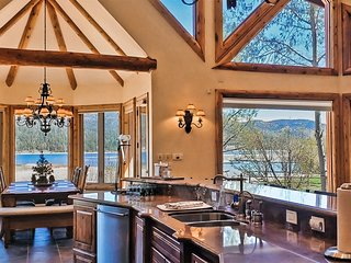 Luxury lakefront, close to Village, hot tub, pool table, foosball, great views!