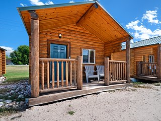 Log cabin for two w/ a well-equipped kitchenette & park w/ sports courts
