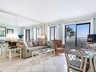 Waterfront condo w/ balcony & Gulf view plus shared pool & hot tub