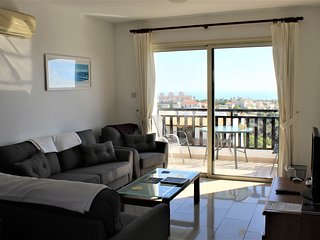 Penthouse apartment with WI-FI, 2 Shared pools and excellent sea views