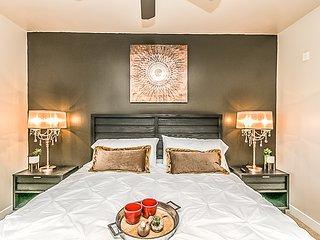 Palacio Luxury 2 bedroom Unit~Resort Heated Pool~Amazing Gym with Parking,