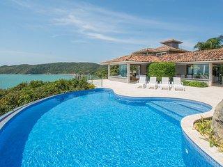Linda casa com seis suites, com acesso exclusivo a Praia da Tartaruga