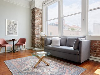 Sonder | The Broughton | Charming 1BR + Laundry