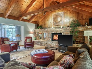 Woodland home w/hot tub & fireplace-minutes to beach, 3 dogs OK