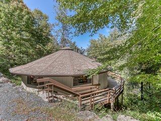 Pet friendly Mushroom Park roundhouse w/updated kitchen and wraparound deck