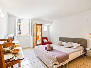 Beautiful downtown studio in the heart of Cannes w/incredible city views!