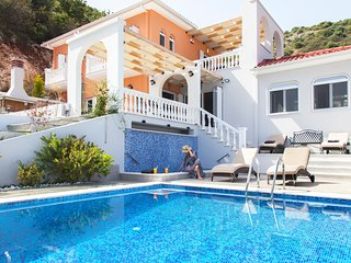 Early bird offer : Luxury villa with outdoor jacuzzi and private heated pool