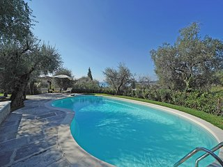 Luxury Villa stunning view, PRIVATE POOL, WIFI, garage, AC, for 6 in Gardone