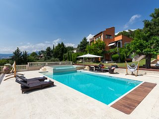 Gorgeous, dog-friendly villa w/ private pools, furnished patio & lovely views!