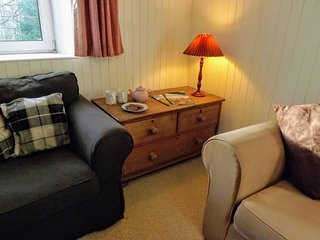 Cosy sitting room with comfortable seating for 6.