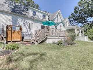 A deck, an enclosed yard - walking distance to the beach, ferry & town!