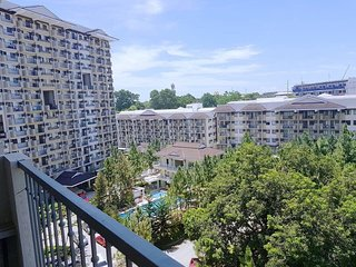 Pine Tree Hills: Corner-Balcony-Overlooking City-2BR