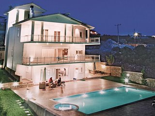 Amazing home in Theologos w/ Jacuzzi, WiFi and 6 Bedrooms