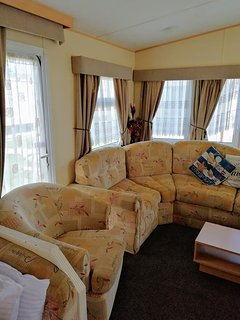 COASTFIELDS HOLIDAY VILLAGE No 14 - 8 BERTH CARAVAN WITH 2 DOUBLES + FREE WIFI