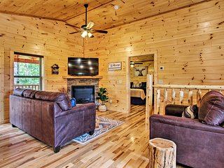 NEW! Sevierville Cabin w/Hot Tub, 9Mi to Dollywood