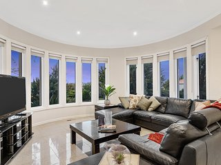 Exclusive 8 Bdrm Home near Melbourne Airport, Sleeps 16, 25min to CBD