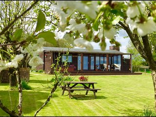 Eden lodge (with private hot tub & large enclosed garden)